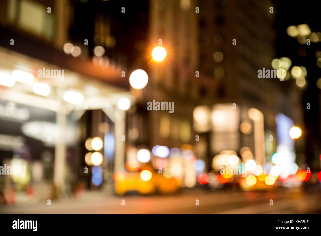 La città di New York street defocalizzata notte blur con taxi ed edifici Immagini Stock