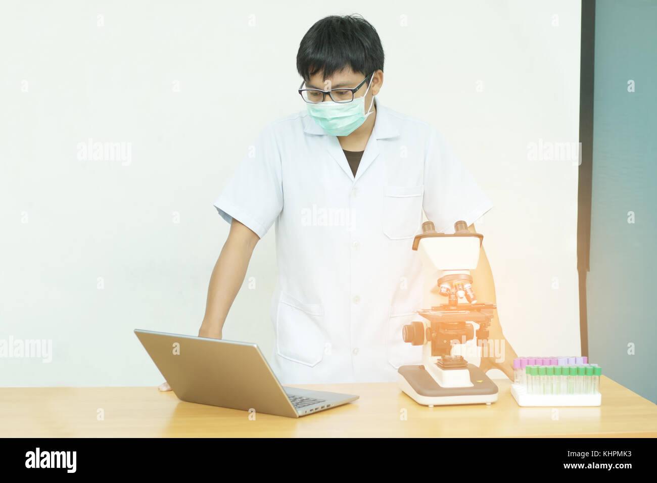 Attrezzature per esperimenti di ricerca in Science Laboratory, microscopia e vuoto di sangue sotto vuoto,Tubo di Immagini Stock