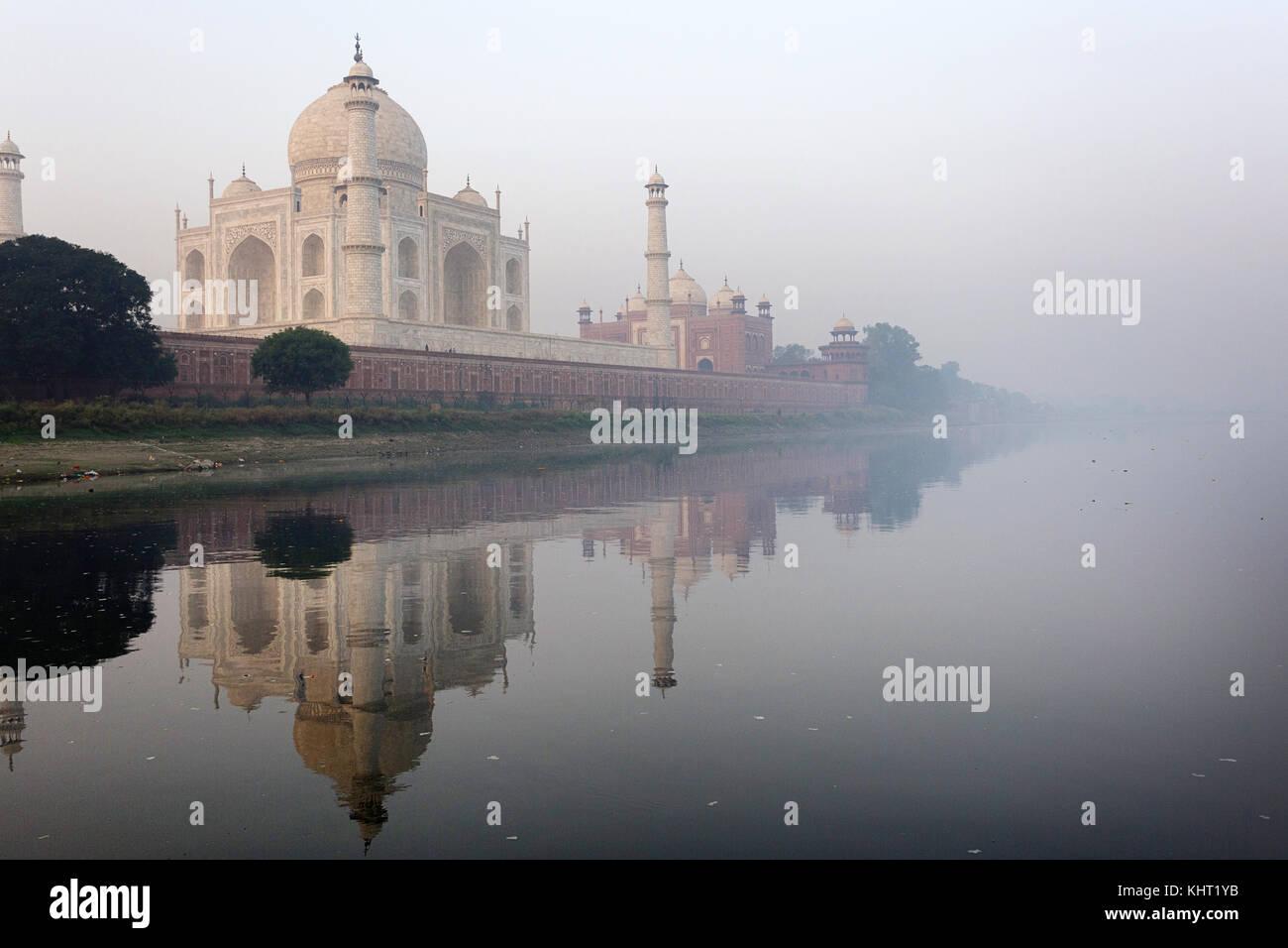 Mattina la riflessione del Taj Mahal nel fiume Yamuna, Sito Patrimonio Mondiale dell'UNESCO, Agra, Uttar Pradesh, Immagini Stock
