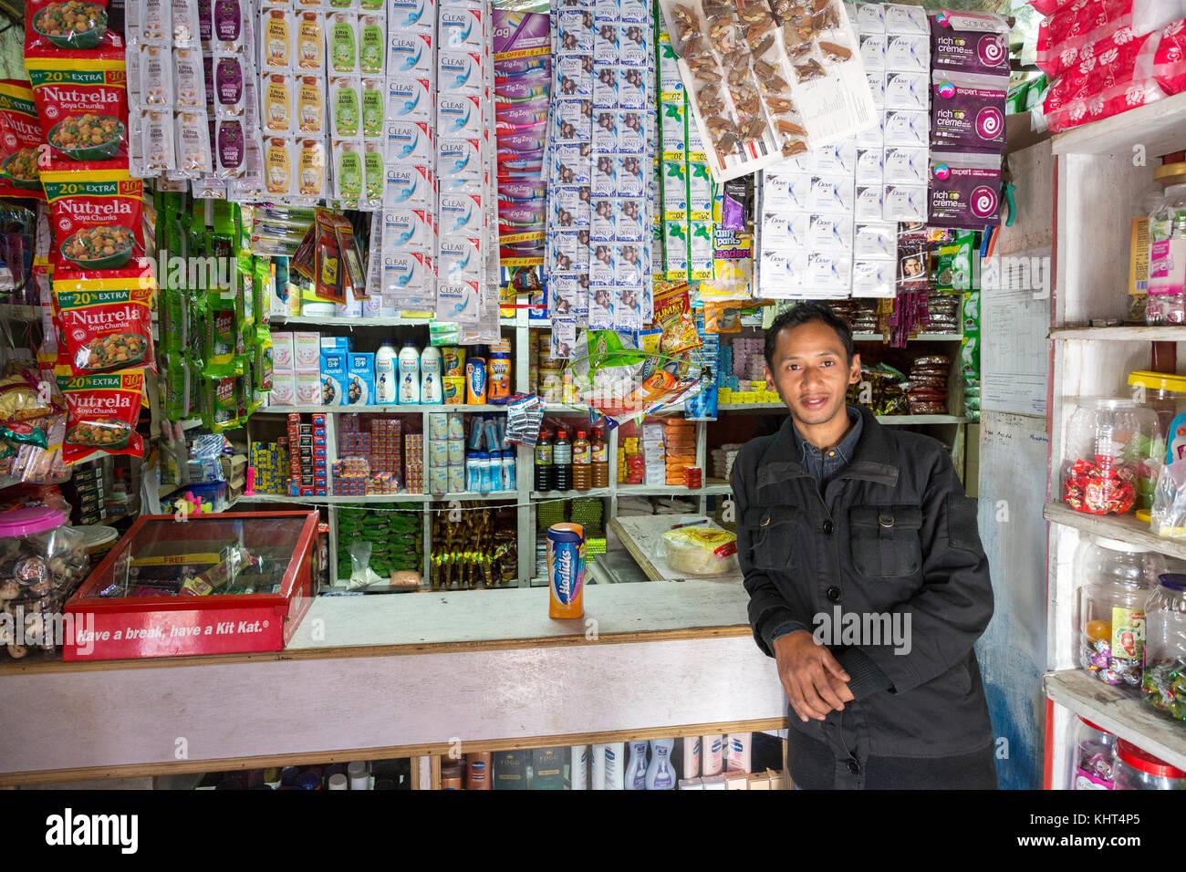 Proprietario del negozio che ci ha venduto il miele, Mawsynram, Meghalaya, India Immagini Stock
