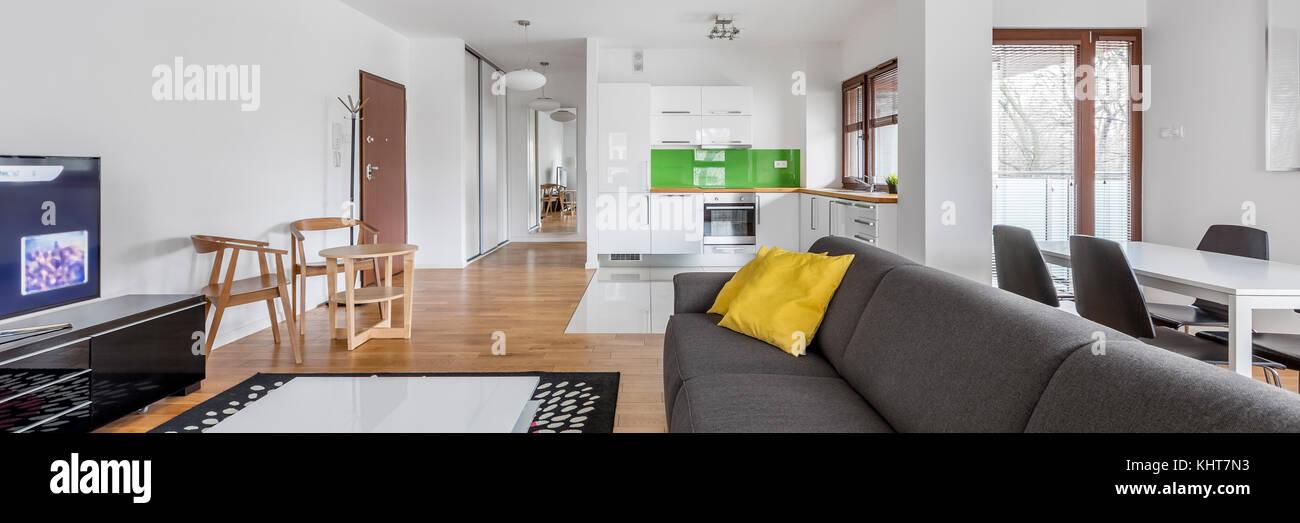 Appartamento spazioso interno con tv con soggiorno e angolo ...