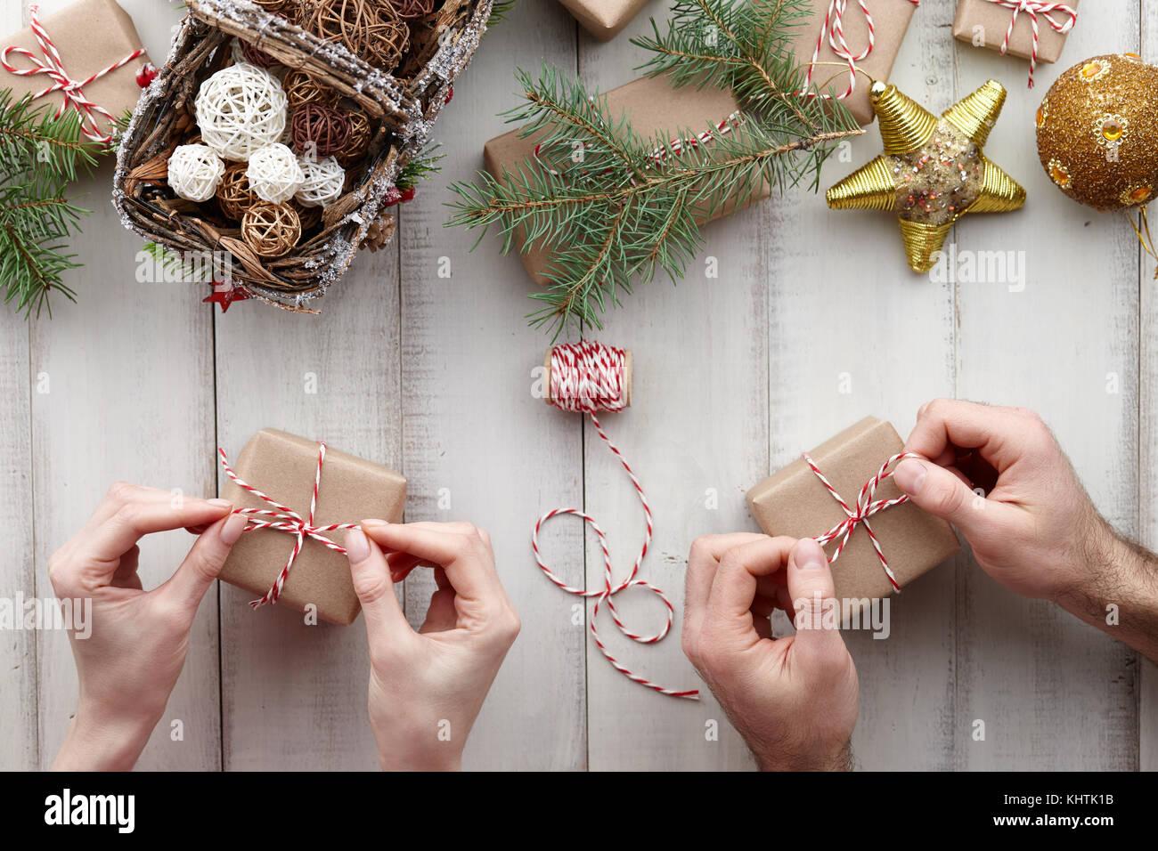 Regali Di Natale Per Coppia.Due Coppie Di Mani Impacchettare I Regali Di Natale E Confezioni