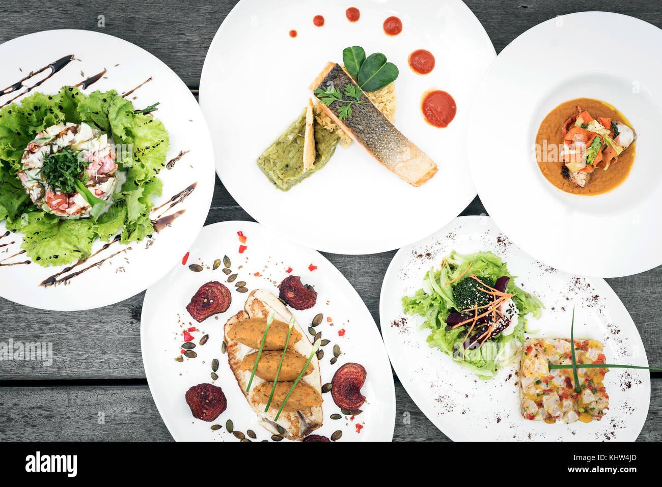 Misto moderno gourmet di cucina fusion piatti sulla tavola di ...
