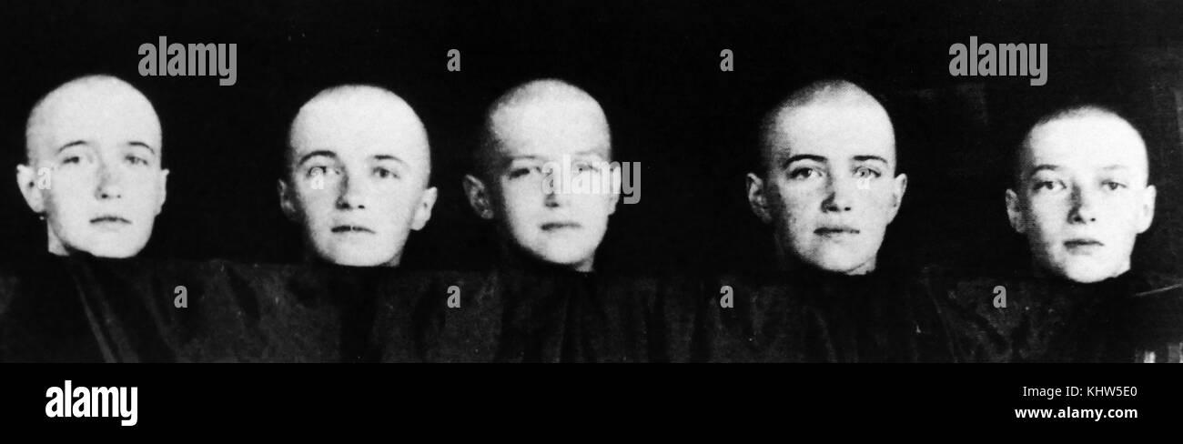 Ritratto fotografico di Romanov bambini, rasata, dopo aver contratto il morbillo. (Da sinistra) Granduchessa Anastasia Immagini Stock