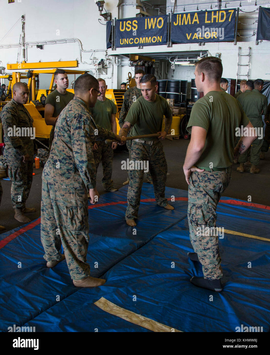 OCEANO ATLANTICO (Nov. 16, 2017) i marines assegnati al Battaglione Landing Team 26E la Società pratica autodifesa di base nella baia hangar della nave d'assalto anfibia USS Iwo Jima (LHD 7). Iwo Jima, componenti del gruppo di pronto anfibio Iwo Jima e la 26a unità di spedizione marina stanno conducendo un esercizio combinato di unità di formazione composita che è il culmine della formazione per il team Navy-Marine Corps e li certificherà per l'implementazione. (STATI UNITI Navy foto di Mass Communication Specialist 3° Classe Kevin Leitner/rilasciato) Foto Stock