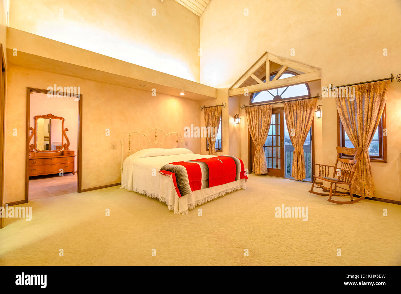 Soffitto In Legno Con Travi : Spaziosa camera da letto con travi a soffitto in legno. splendida