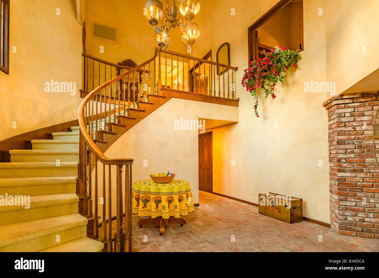 Illuminazione Ingresso Casa : Scale a spirale in ingresso rustico di una lussuosa casa in