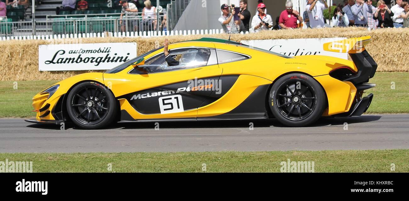 Mclaren p1 GTR essendo pilotato da Chris Goodwin a 2015 Goodwood Festival della velocità Immagini Stock