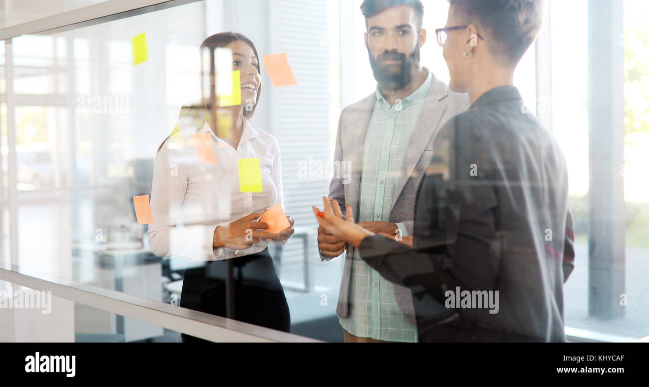 Il successo della società con lavoratori felice Immagini Stock