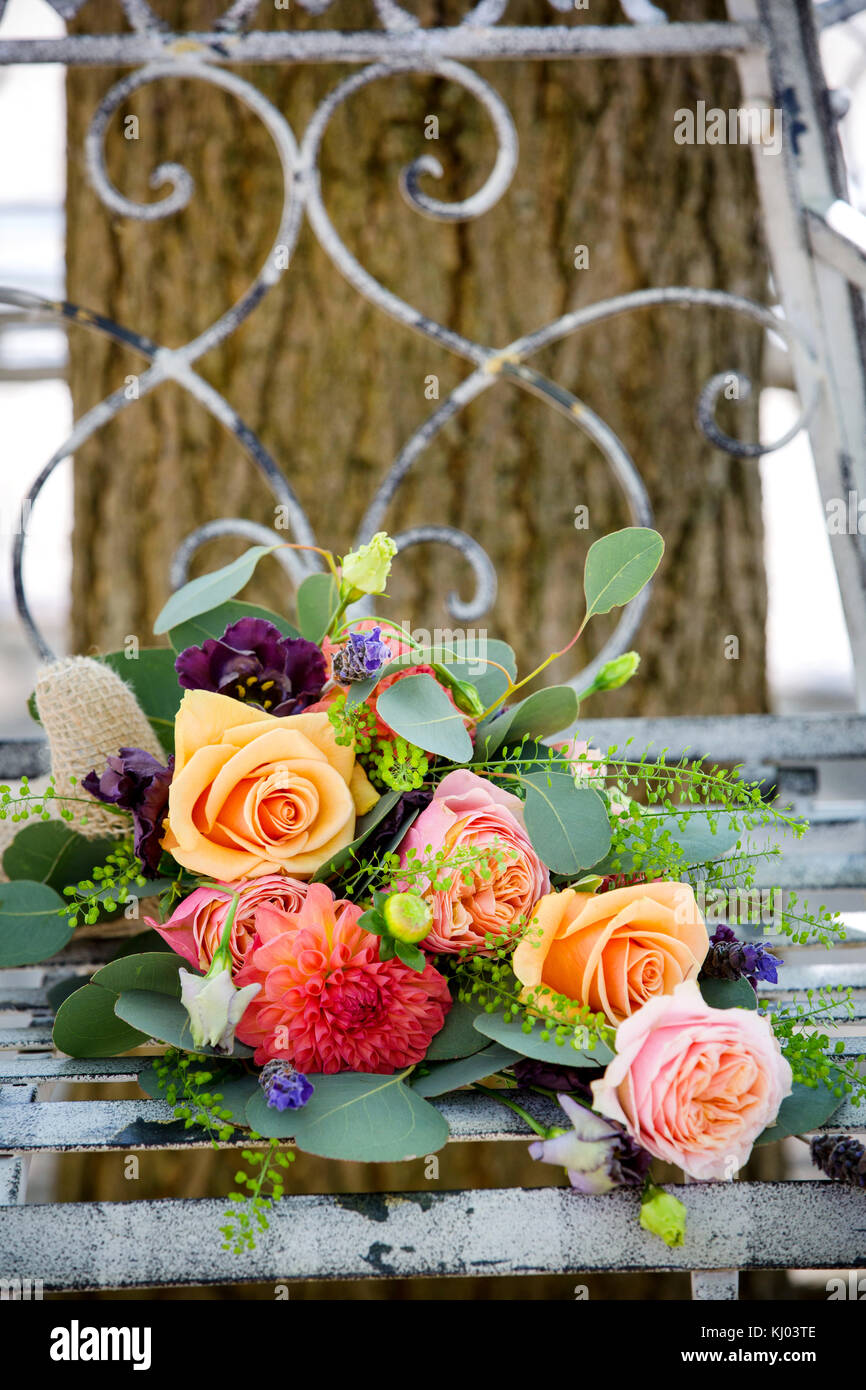 Panchine Da Giardino Colorate.Colorate Bouquet Nuziale Su Rustiche Panchina Da Giardino Foto