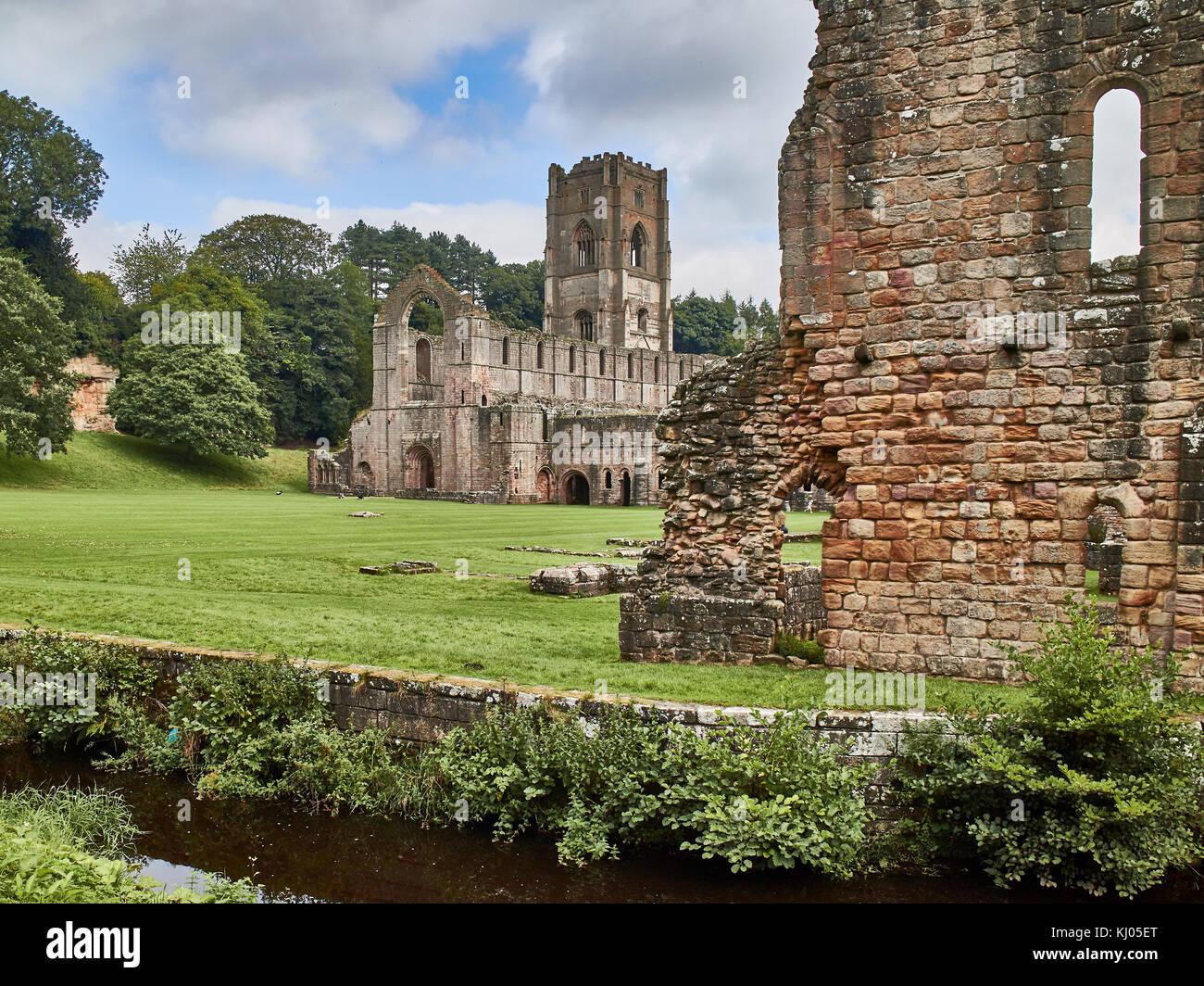 Inghilterra, NorthYorkshire; le rovine del XII secolo Abbazia Cistercense noto come Fountains Abbey, uno dei migliori Foto Stock