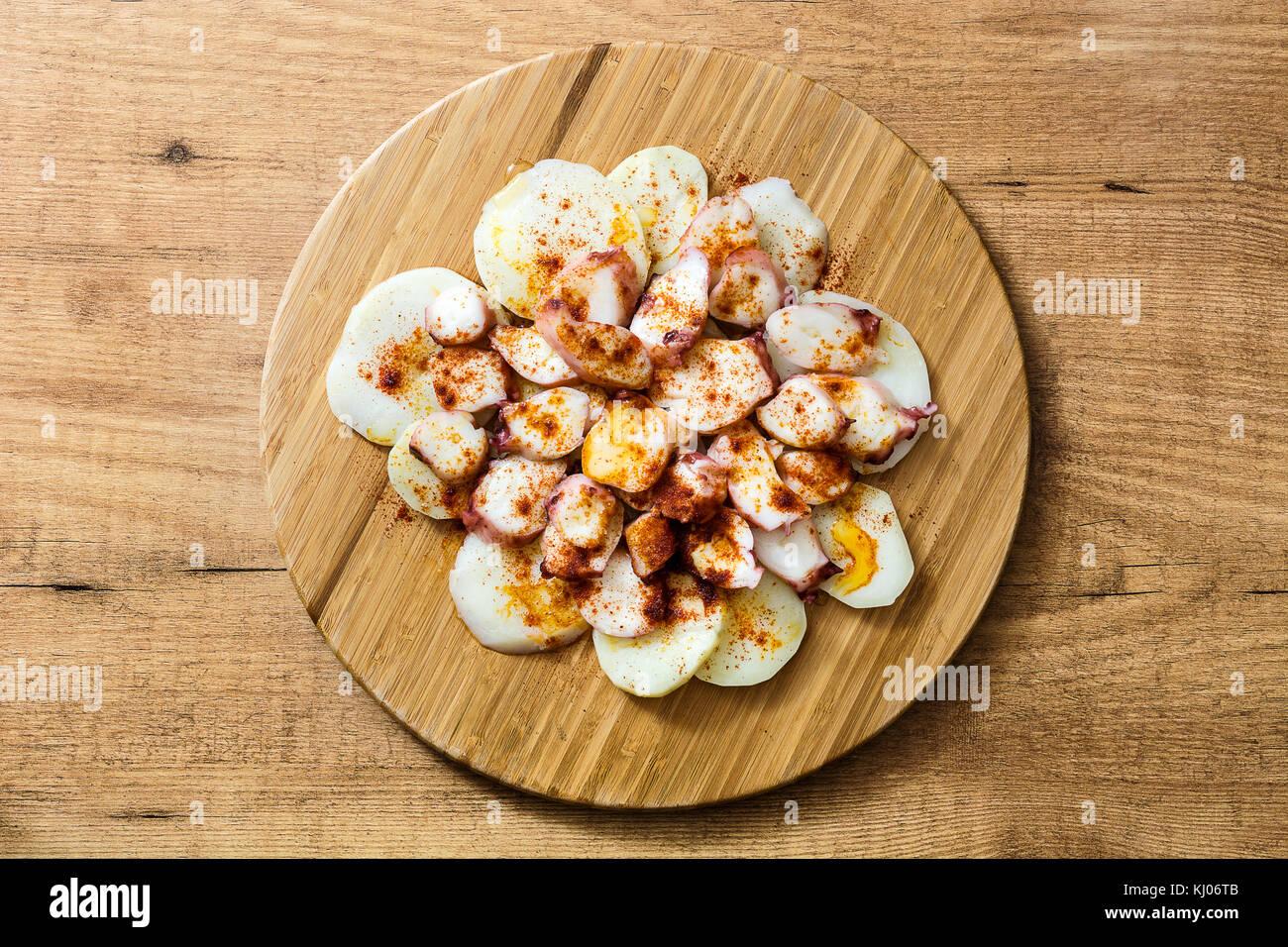 Pulpo a la gallega. galiziano octopus su legno. cibo tipico spagnolo Immagini Stock