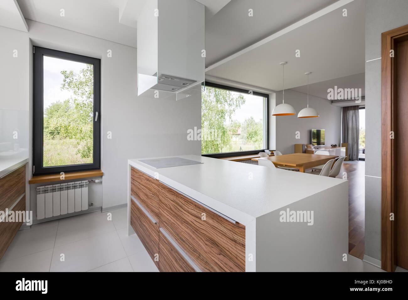 Lussuosa cucina aperta con isola e White piastrelle per ...