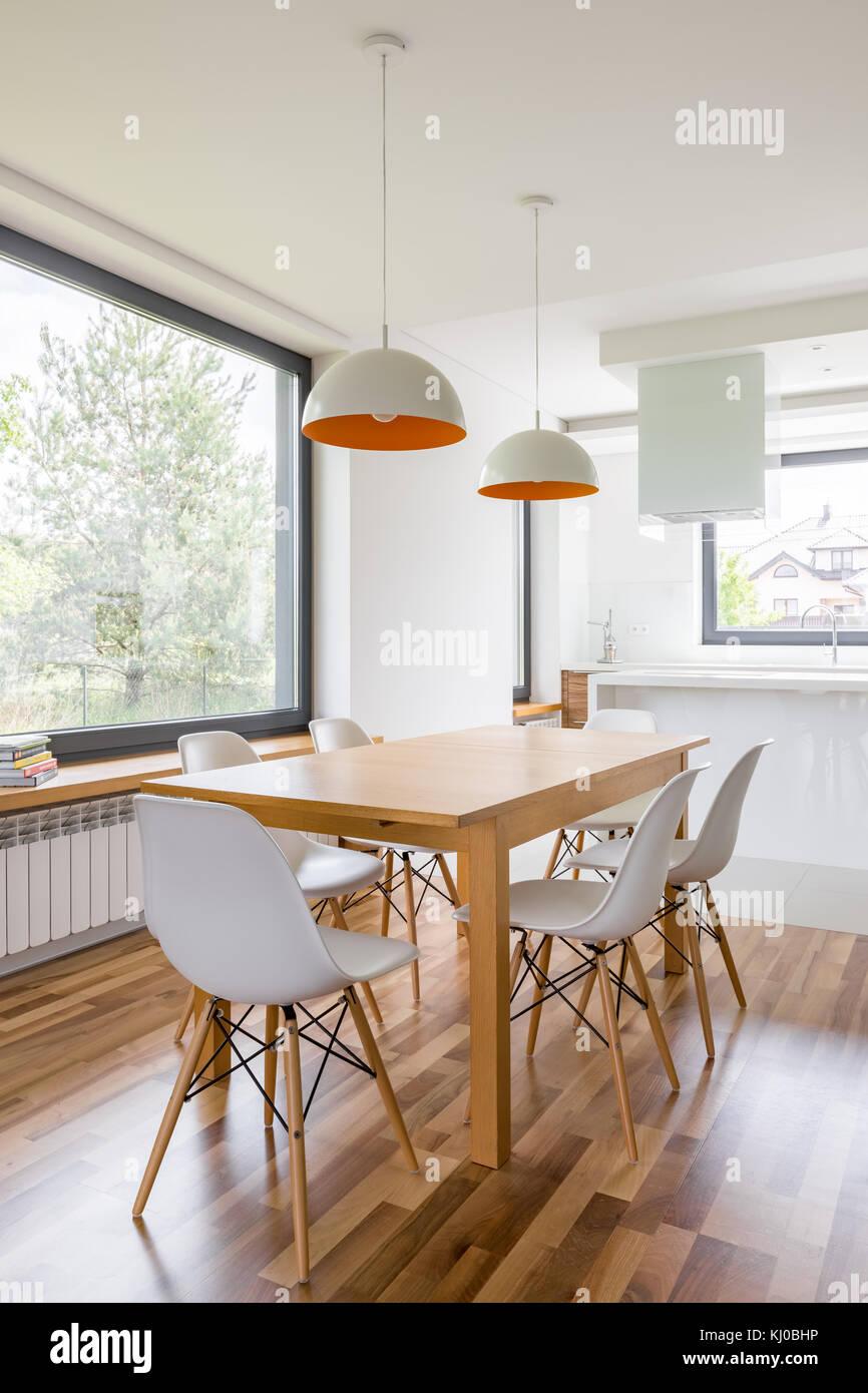 Interni Moderni Con Tavolo In Legno E Sedie Bianche Foto Stock Alamy