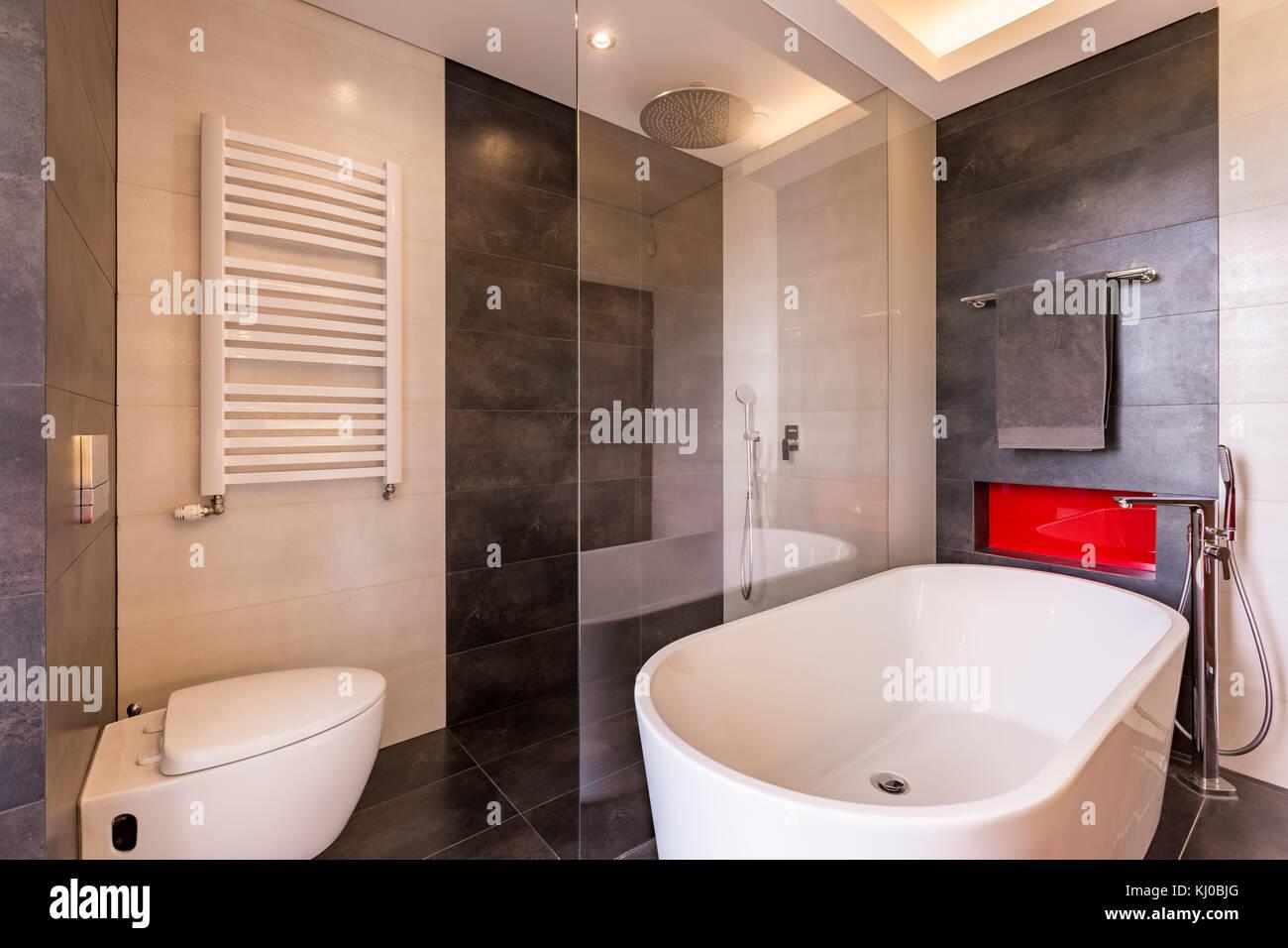 Bagno con piastrelle moderne vasca da bagno doccia e wc foto