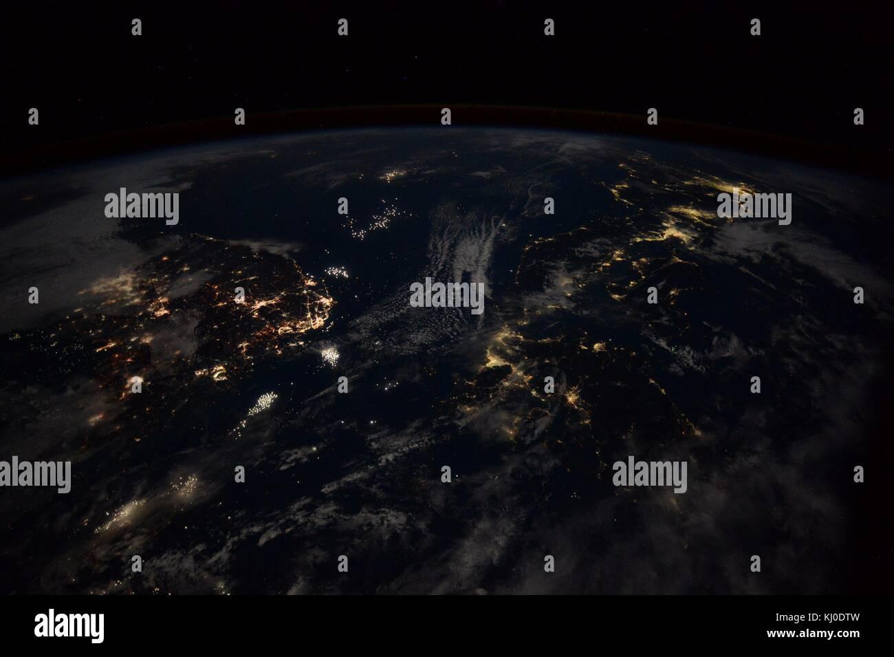 Vista notturna dalla stazione spaziale internazionale del mare del Giappone che separa la corea del sud, a sinistra, Foto Stock