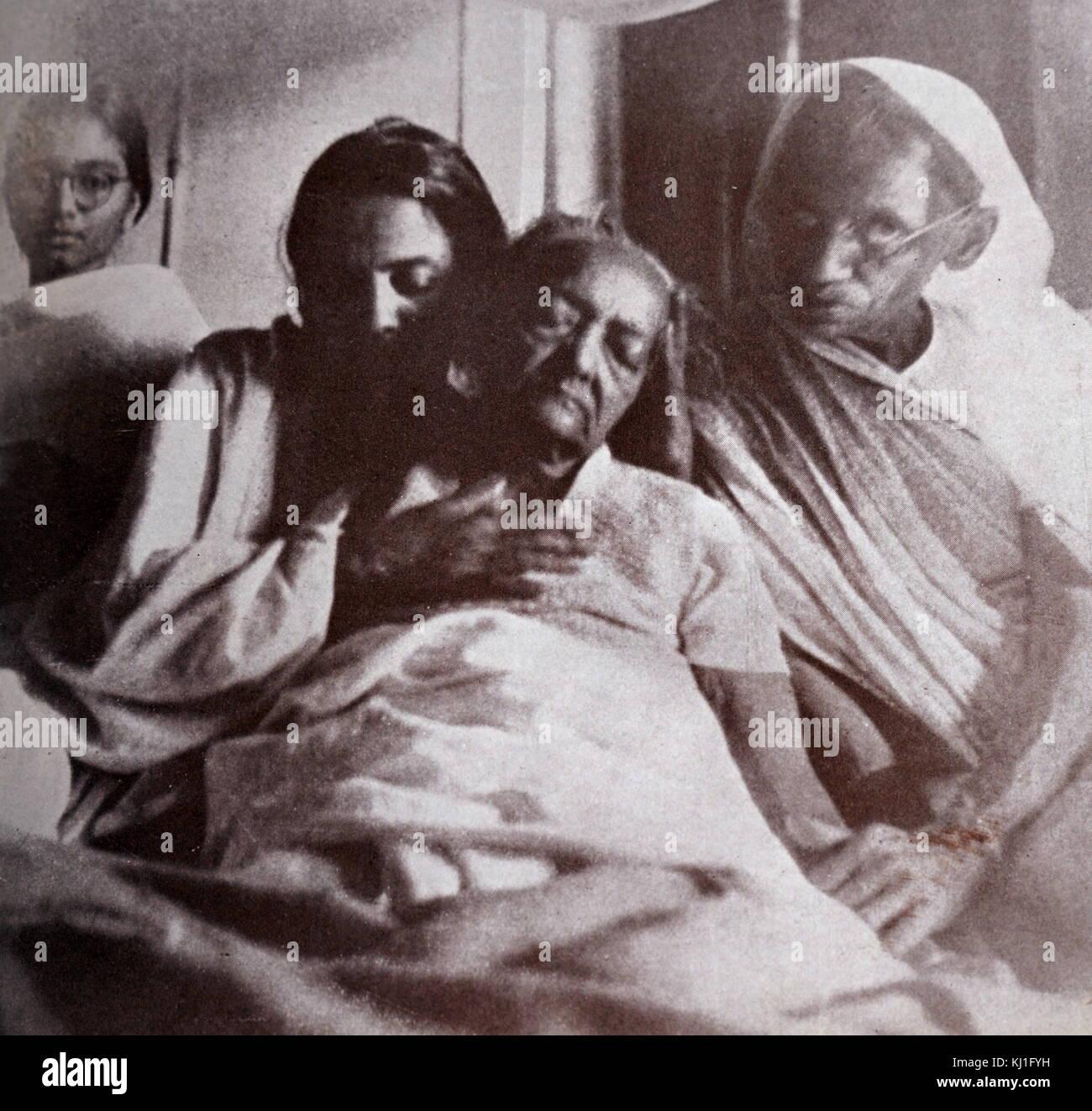 Kasturba Gandhi moglie del Mahatma Gandhi sul suo letto di morte presso il  Palazzo dell'Aga Khan, a Pune, nello Stato del Maharashtra. 1944. Il  palazzo divenne luogo di internamento per indipendenza indiana