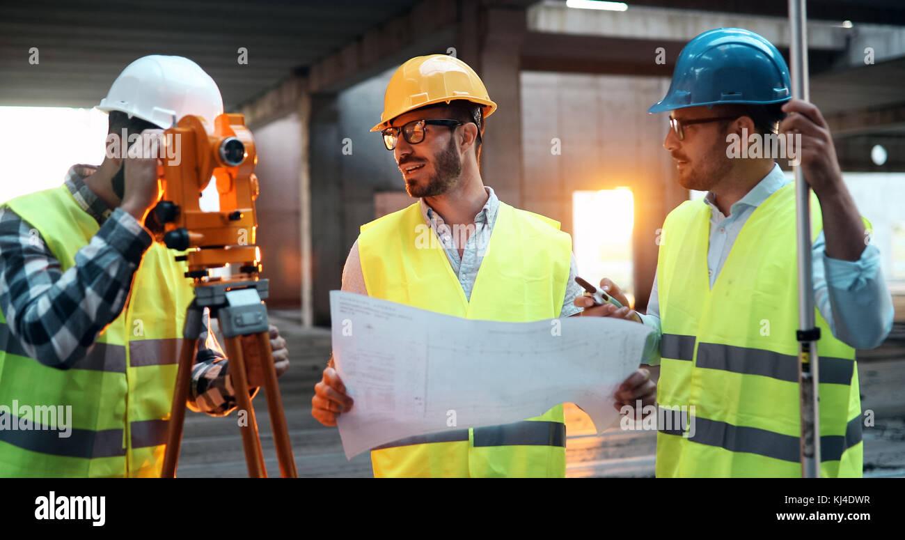 Gruppo di engineering team aveva incontro al sito di lavoro Immagini Stock