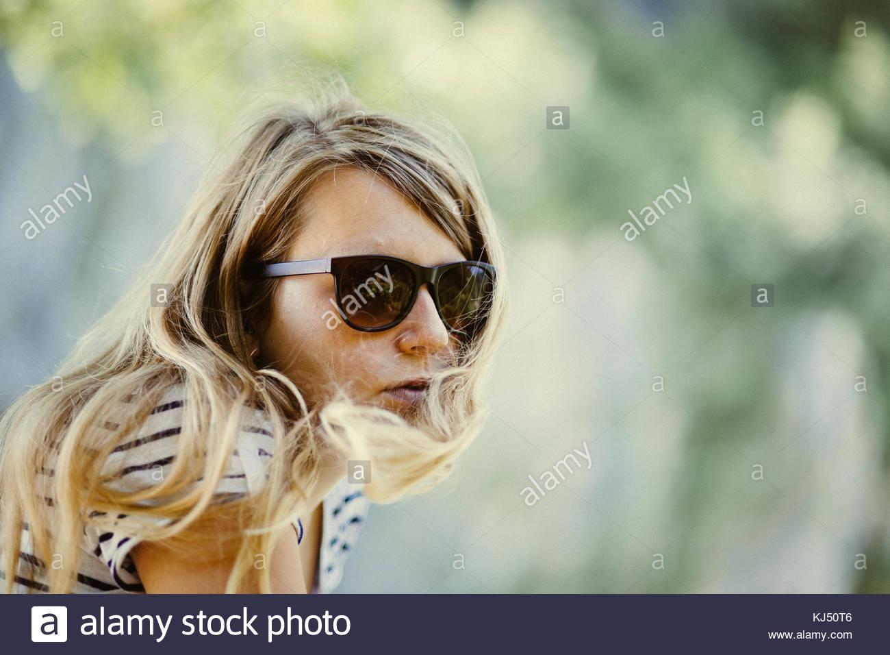 selezione premium 82e51 98dc3 Ragazza bionda con occhiali da sole Foto & Immagine Stock ...