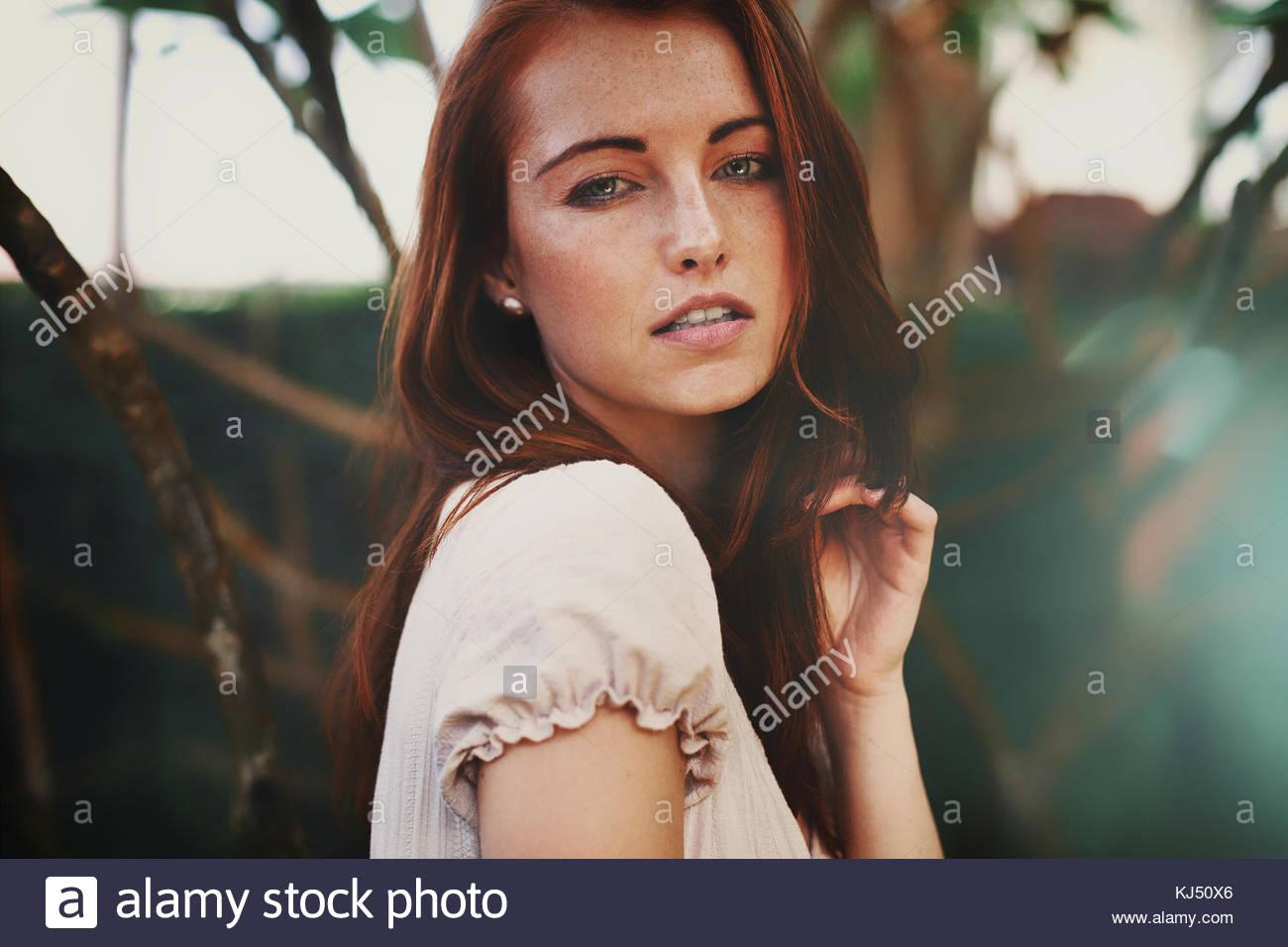 Giovane donna con capelli castani Immagini Stock