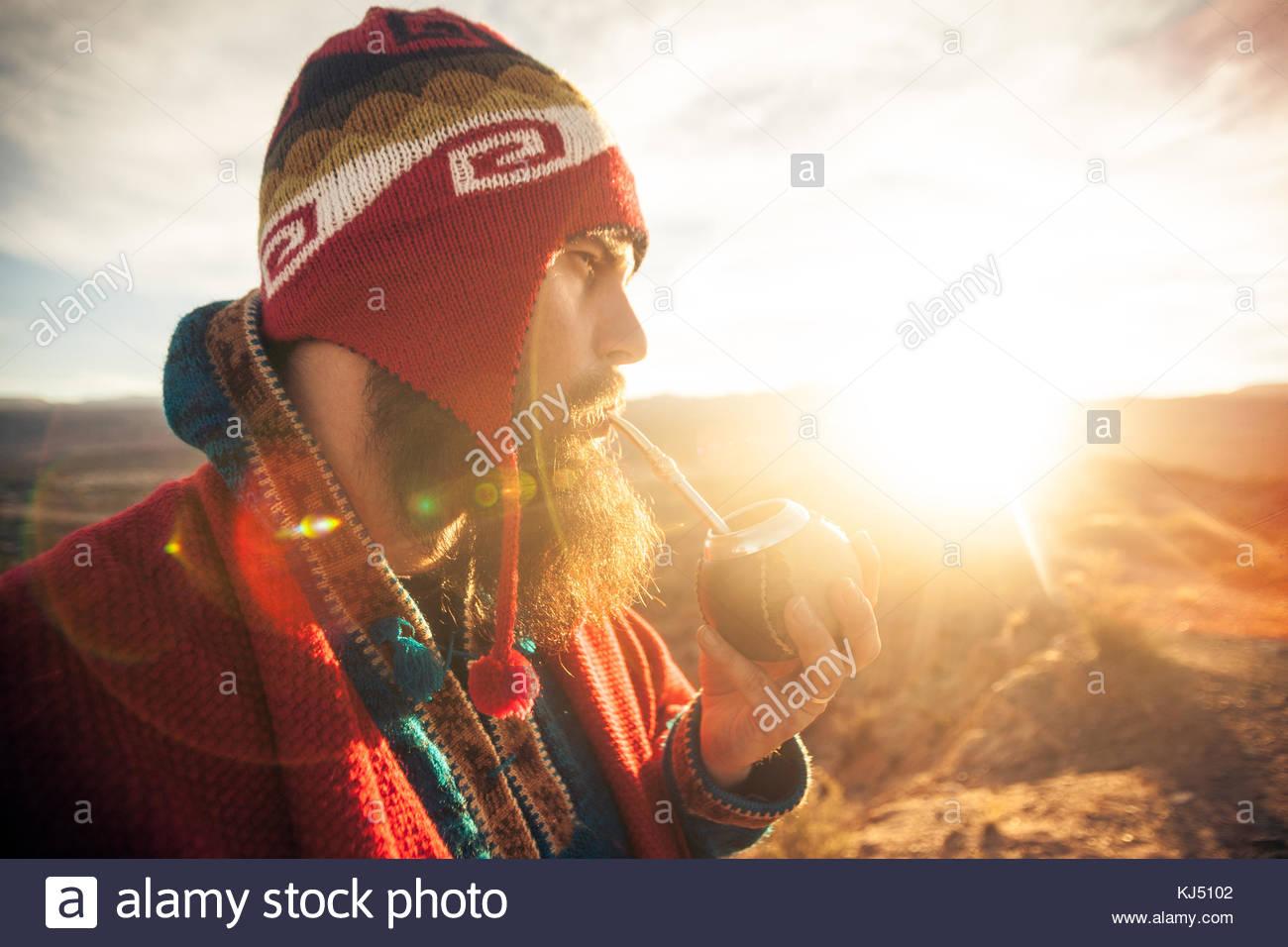 L uomo beve matcha al tramonto Immagini Stock