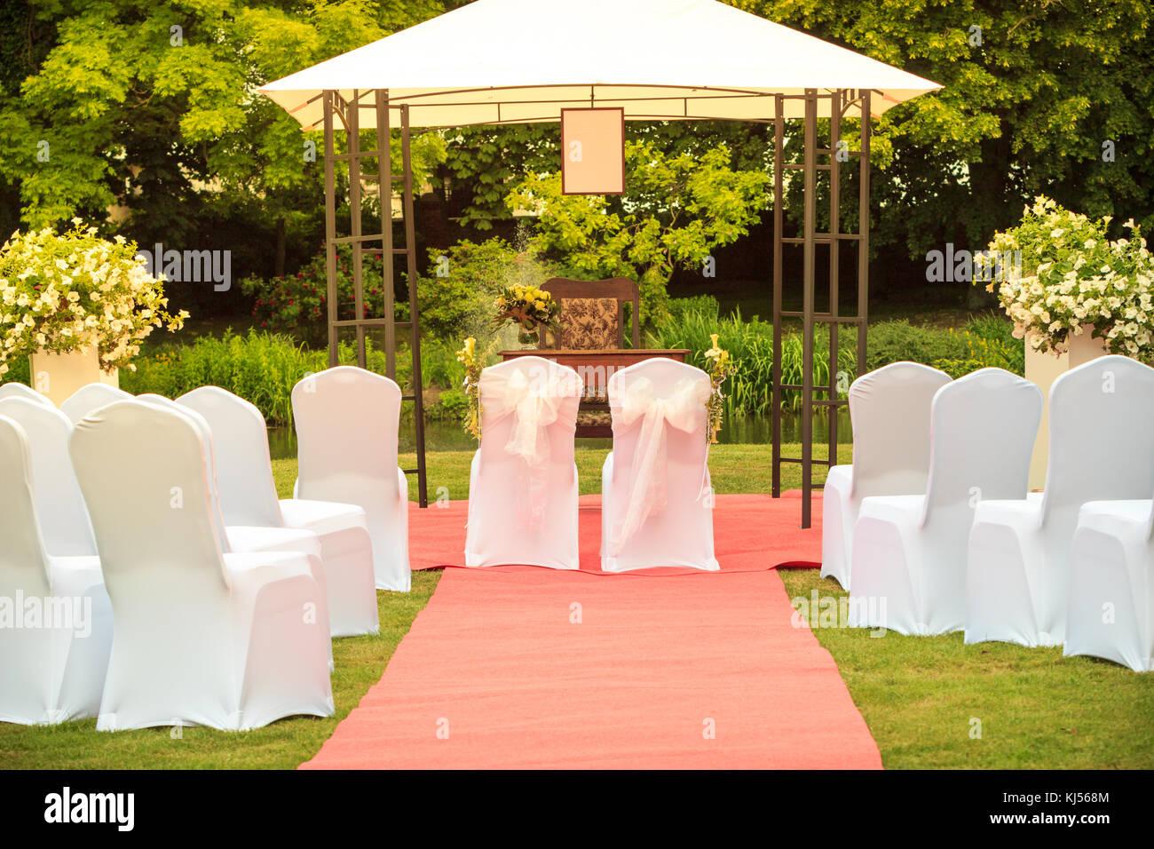 Sedie Bianche Eleganti : Molti nozze sedie bianche con eleganti copertine su erba verde e