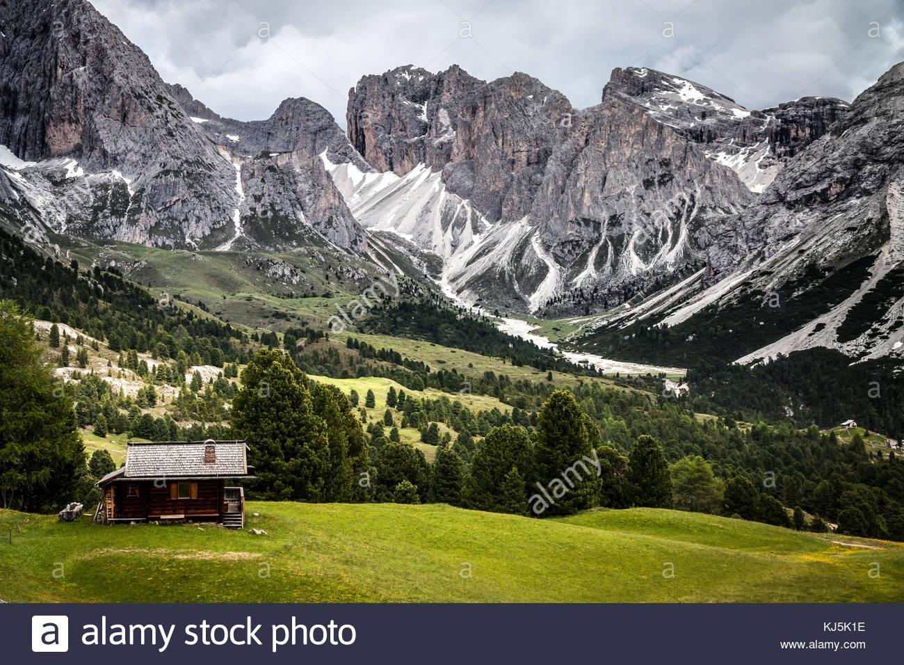 Chalet circondato da un bellissimo paesaggio di montagna Immagini Stock