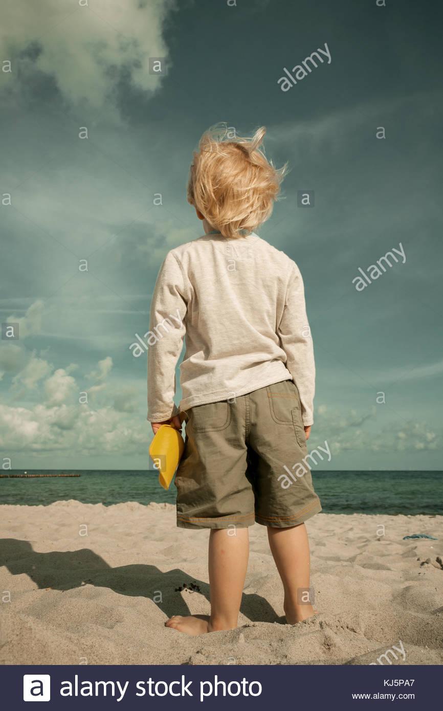 Bambino con spade sulla spiaggia Immagini Stock