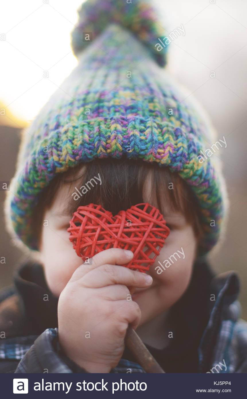 Bambino azienda cuore Immagini Stock