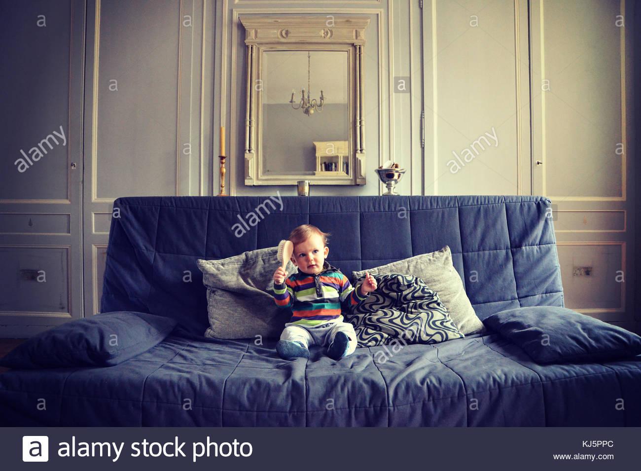 ragazzo sul divano Immagini Stock