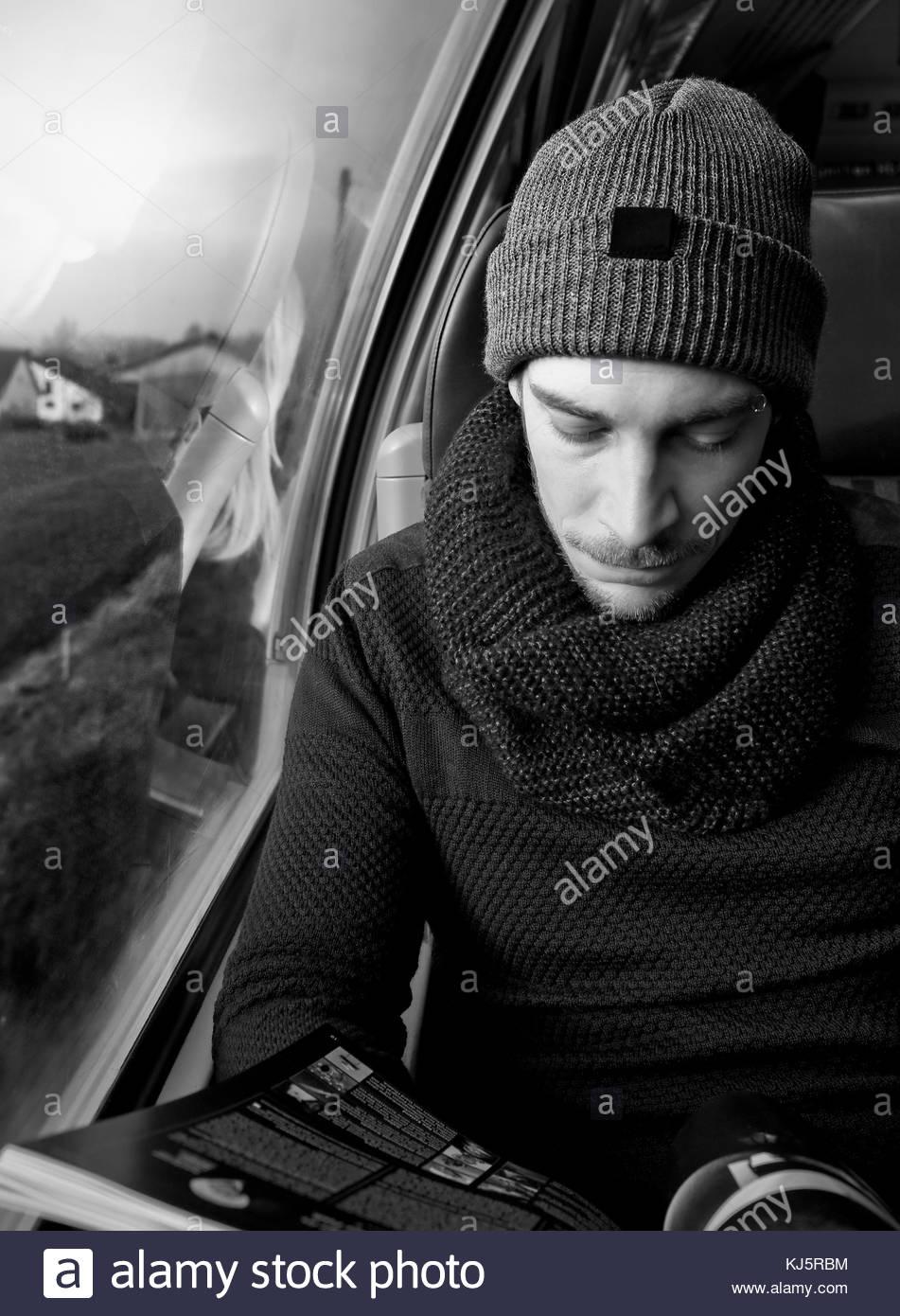 L'uomo la lettura sul treno Immagini Stock