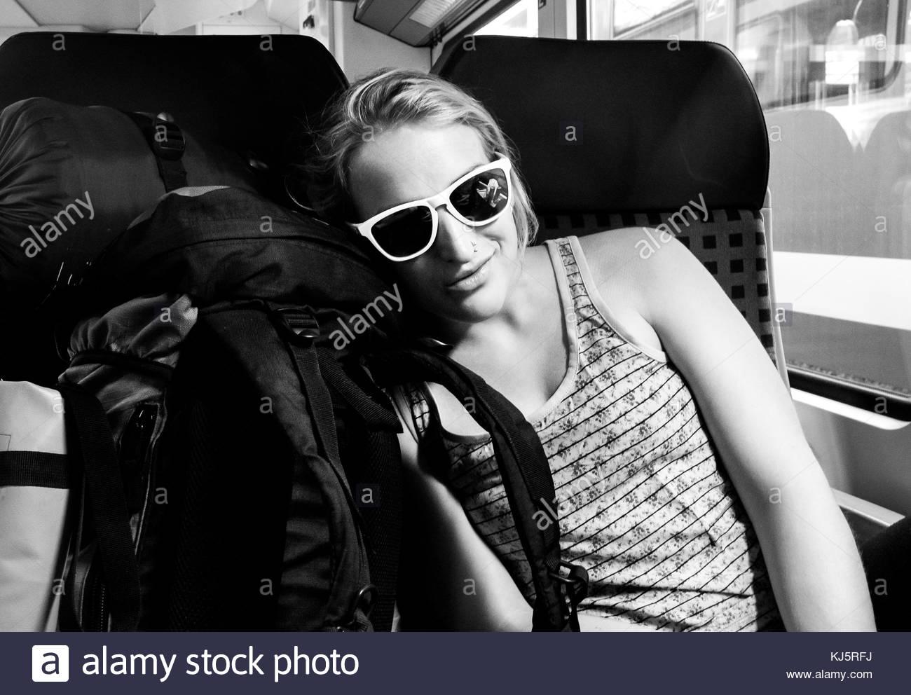 Backpacker femmina sul treno Immagini Stock