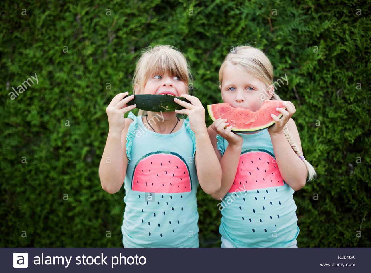 Due divertenti bambine mangiare anguria. concetto di estate Immagini Stock