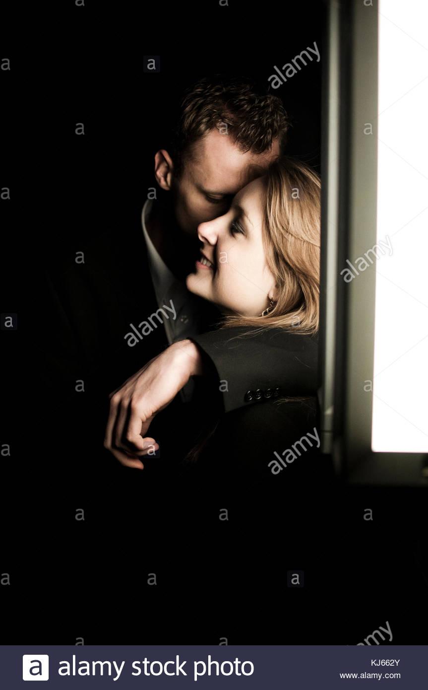 Giovane kissing nel buio Immagini Stock