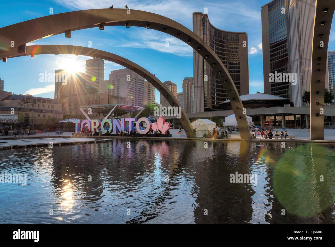Toronto city hall e segno di Toronto in downtown al tramonto Immagini Stock