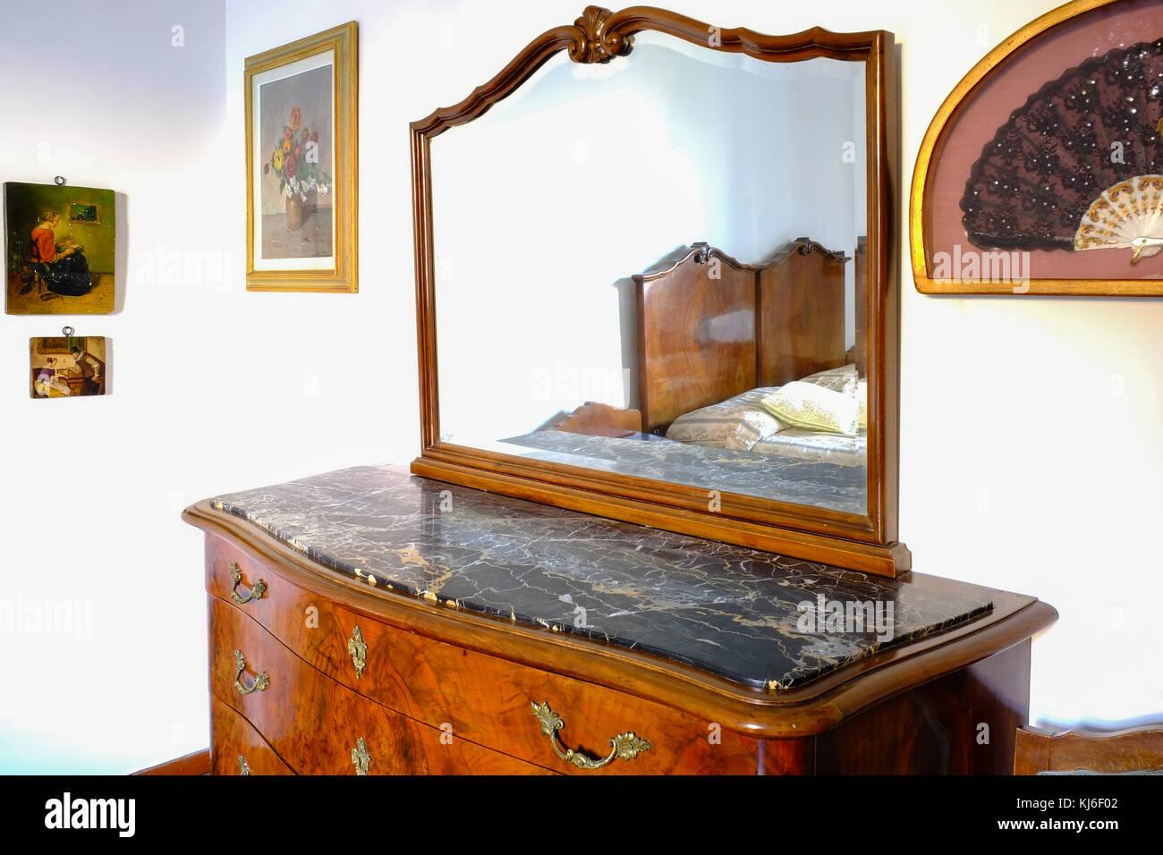 Camera da letto credenza con specchio di lusso sulla cima di un ...