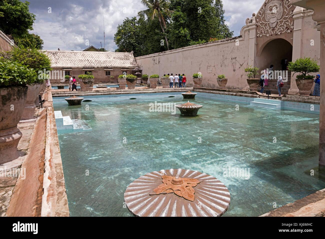 Complesso balneare presso il Taman Sari castello d'acqua, è il sito di un ex giardino reale del sultanato Immagini Stock