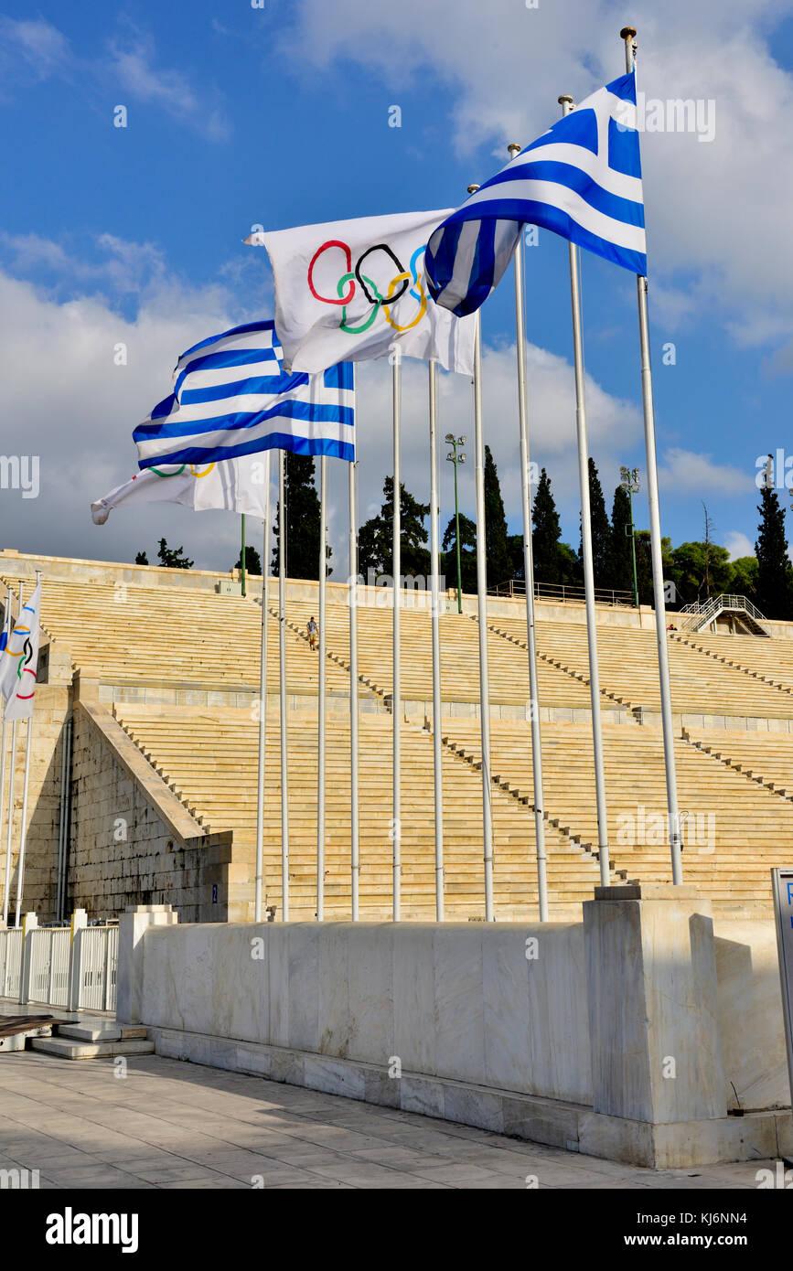 Bandiere di fronte all ingresso del Stadio Panateneico, Atene, Grecia Immagini Stock