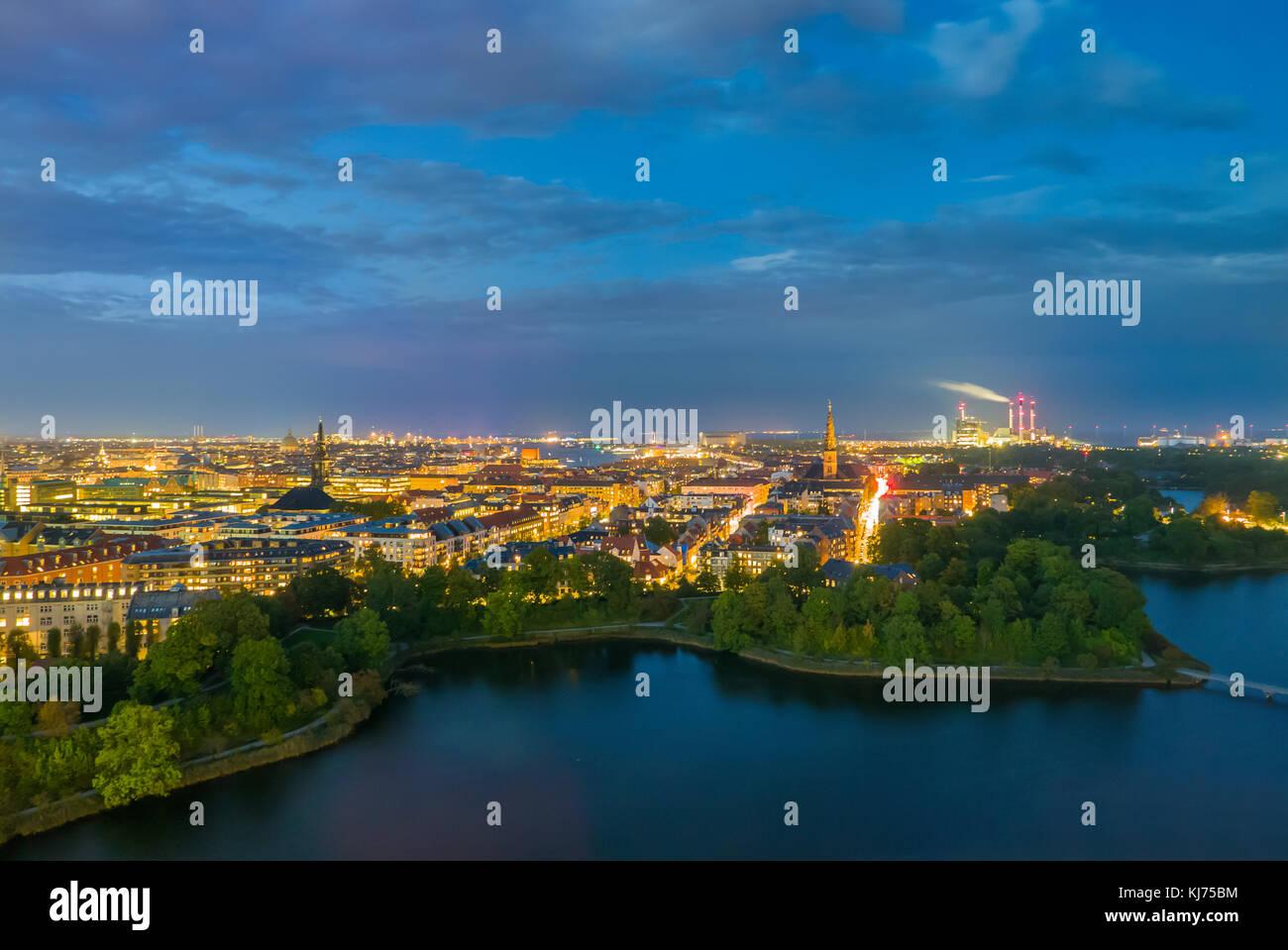 Bellissimo paesaggio e cloudscape a Copenaghen di notte Immagini Stock