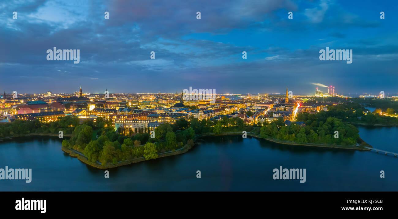 Città mozzafiato luci, ampio panorama di Copenaghen di notte Immagini Stock