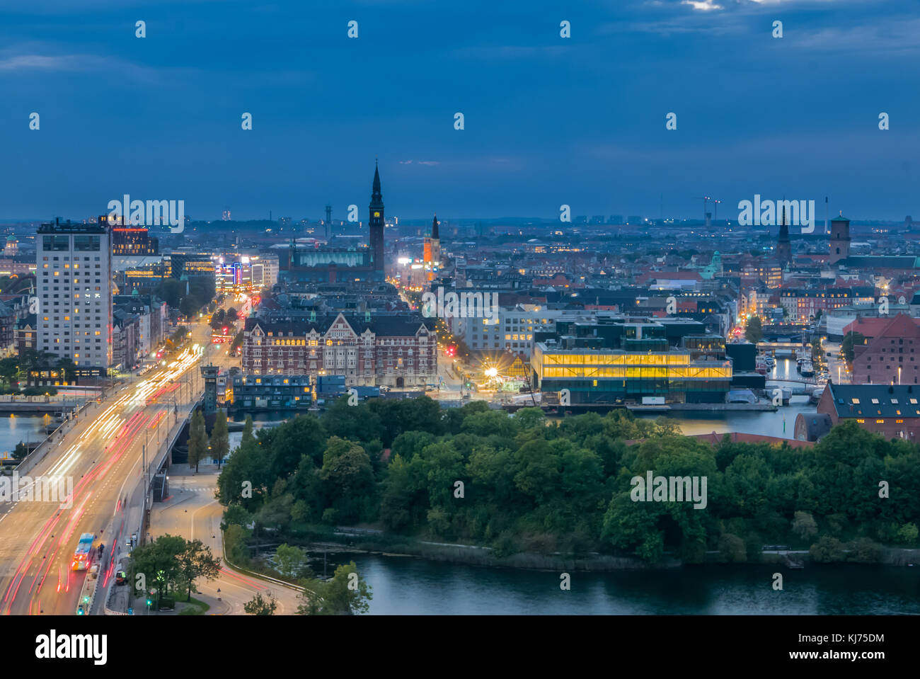 Cityskape di Copenaghen e la sua strada principale con il traffico Immagini Stock