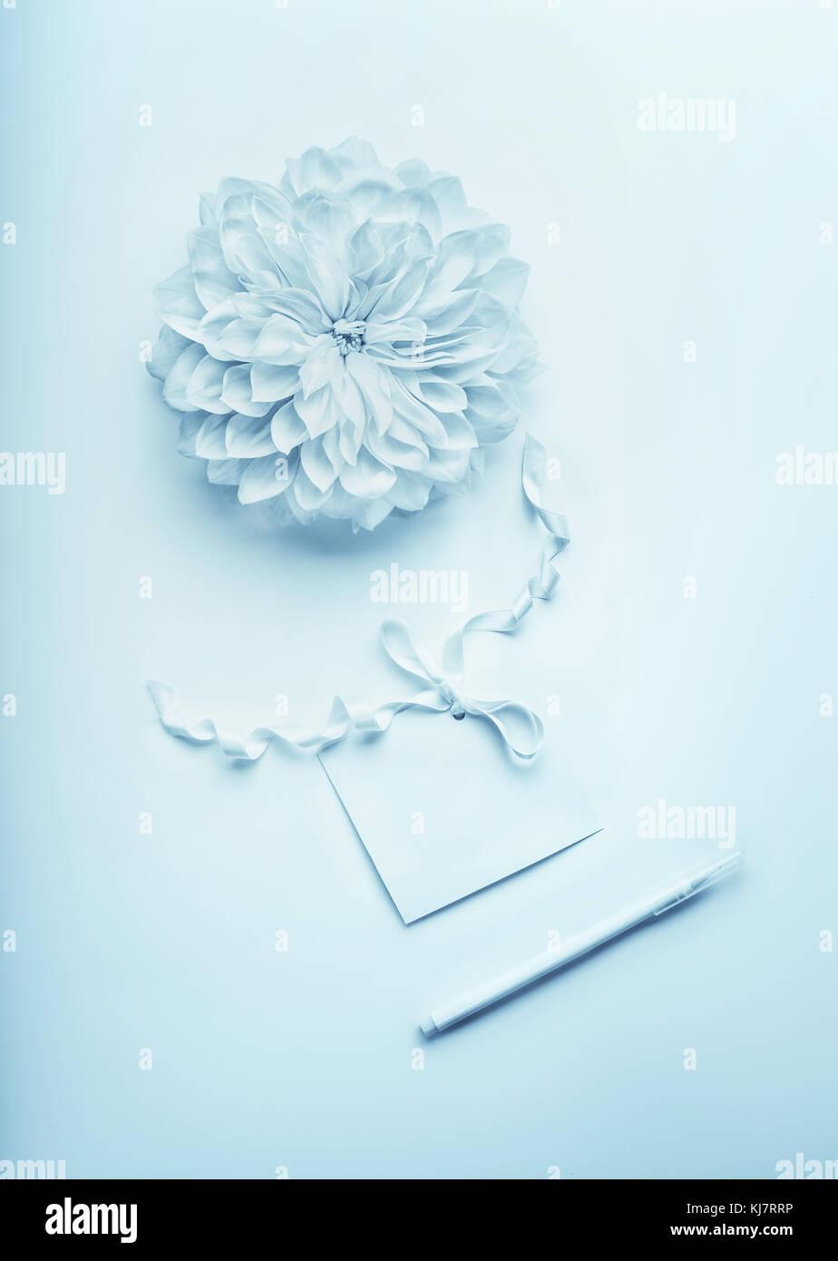 Auguri Matrimonio Laico : Blu turchese mock up composizione con fiore carta bianca card con