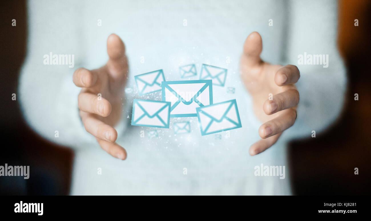 La posta elettronica su mani, cartoline o il concetto di connessione Immagini Stock