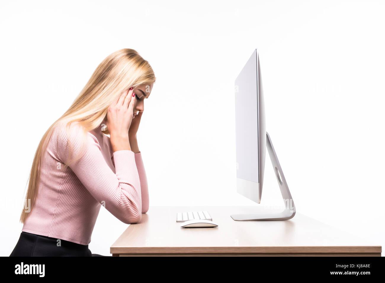 Scrivania Ufficio Professionale : Giovane donna professionale ha sottolineato stanco e con mal di