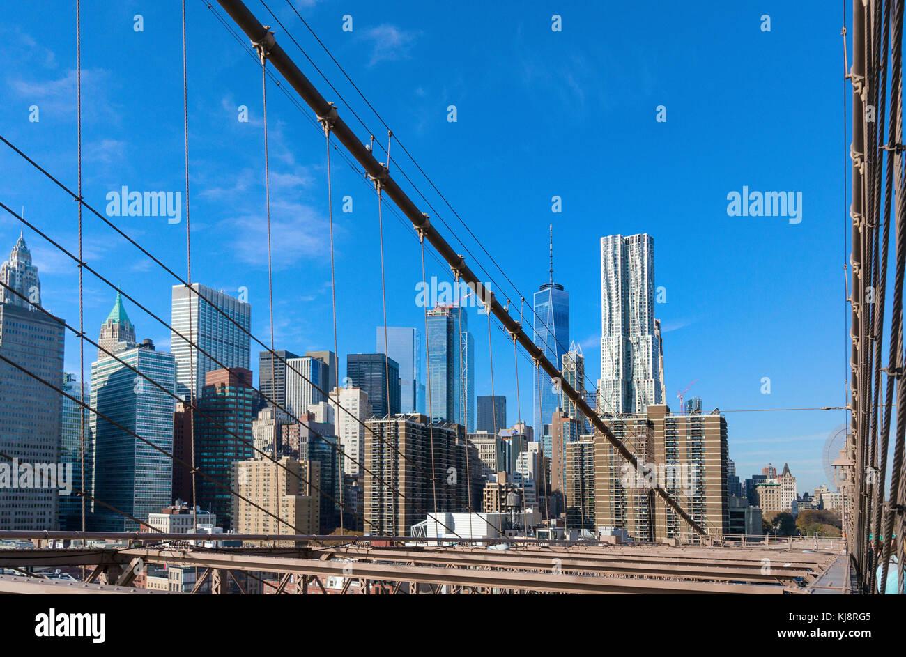Inferiore dello skyline di Manhattan vista dal Ponte di Brooklyn Immagini Stock