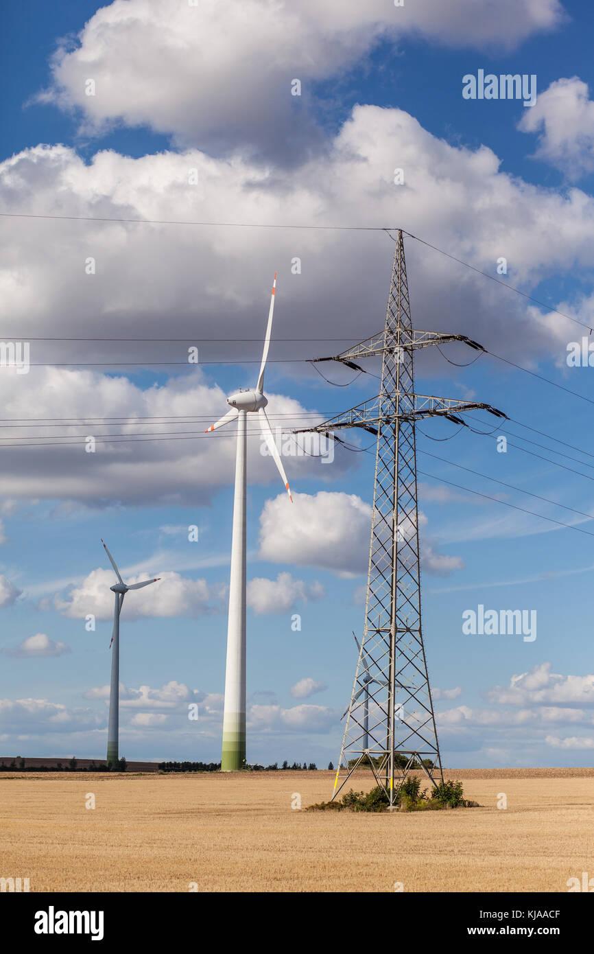 Windräder mit Überlandleitung Foto Stock