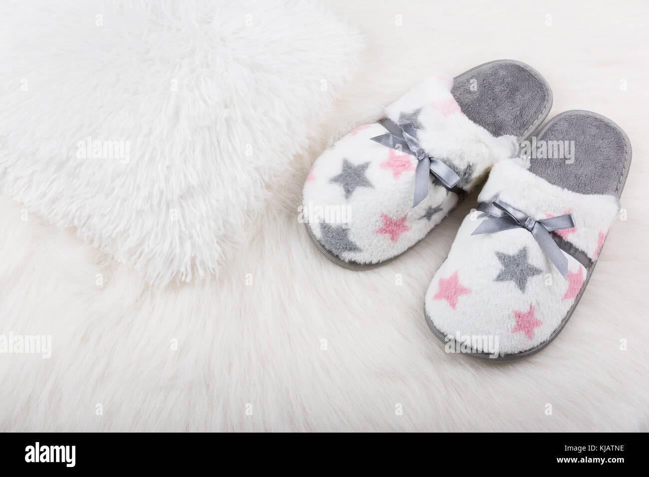 new products be44b c1f1b Coppia di donne calde pantofole sul bianco tappeto peloso ...