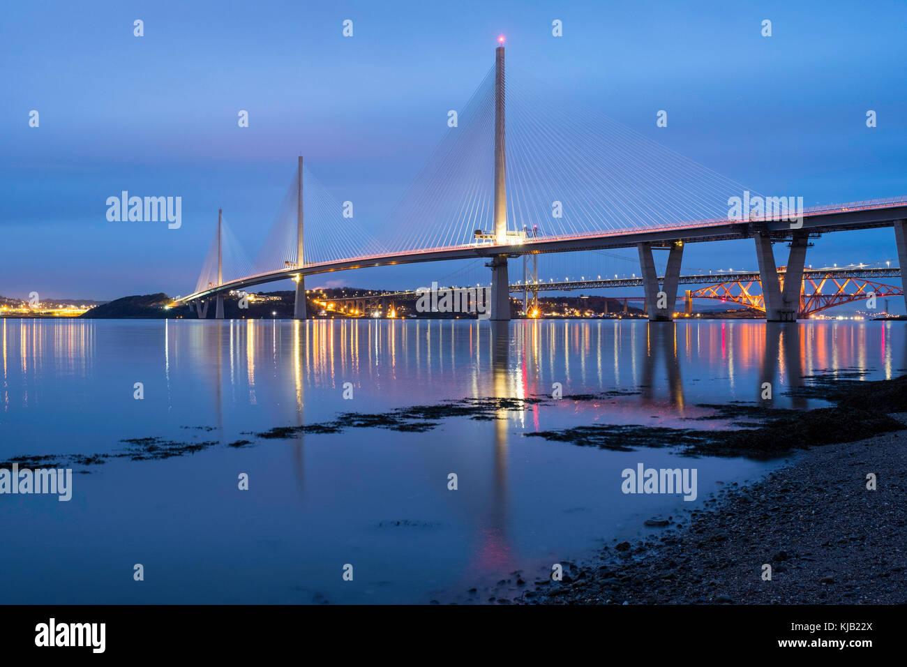 Vista notturna di nuovo queensferry attraversando ponte che attraversa il fiume Forth in Scozia, Regno Unito Immagini Stock