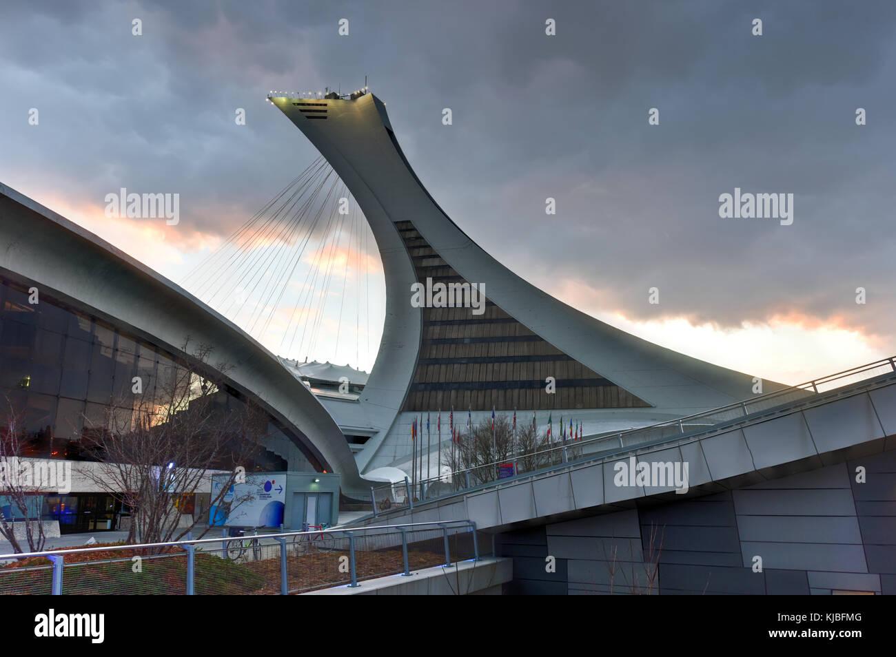 Il Montreal Olympic Stadium e Torre al tramonto. è il più alto della torre inclinata nel mondo.tour olympique Immagini Stock