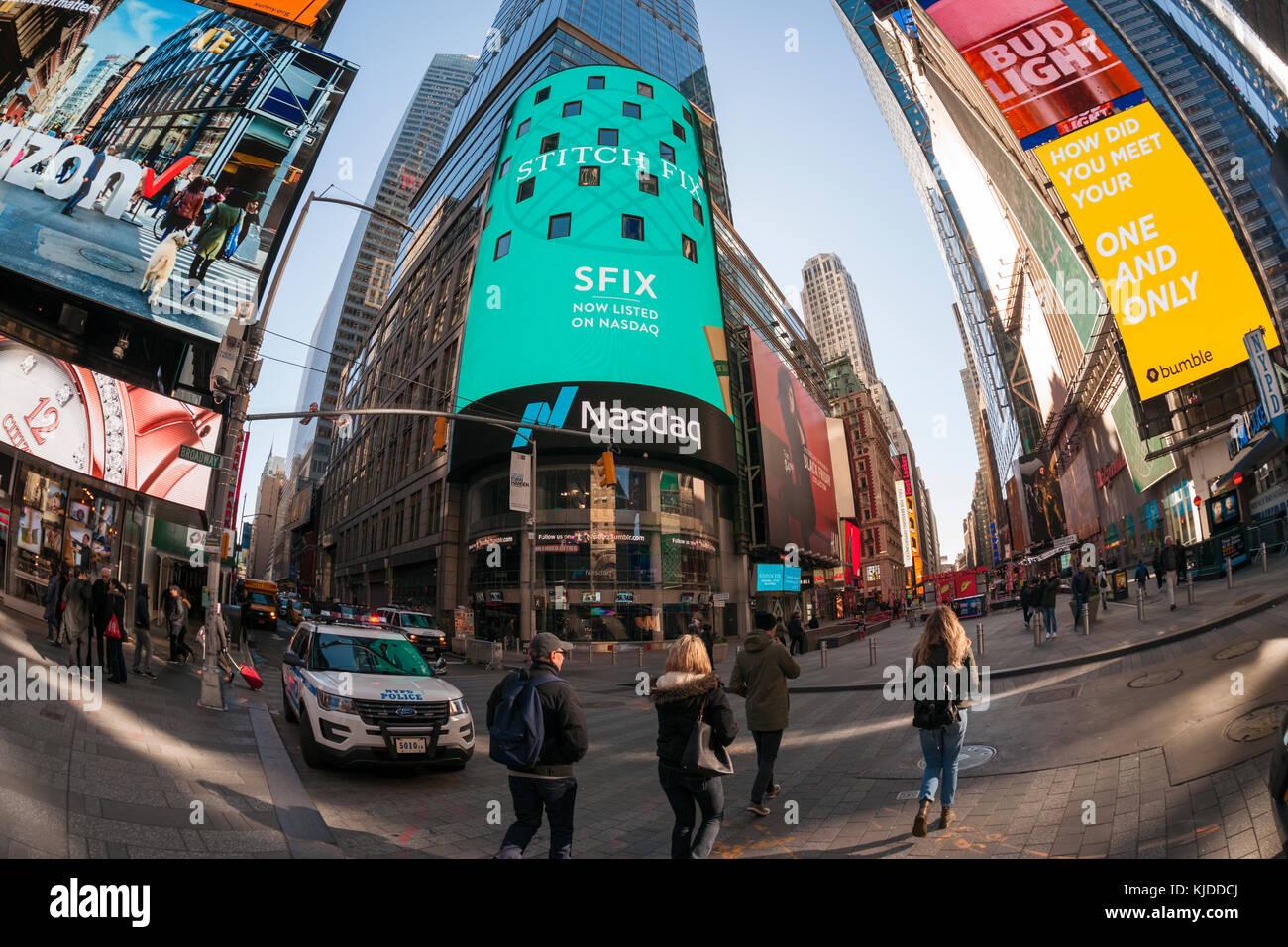 57f72d72b6 Lo schermo video della borsa americana NASDAQ di new york visualizza  pubblicità per il primo giorno di vendita del punto di cucitura fix offerta  pubblica ...